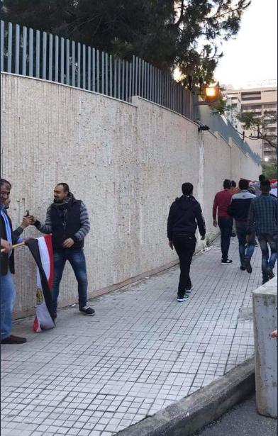 المصريون فى لبنان أمام مقر السفارة المصرية للتصويت فى الاستفتاء