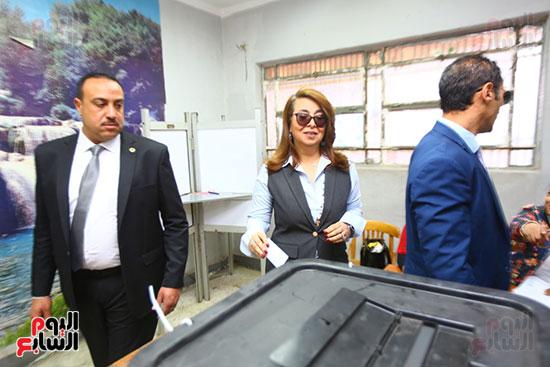 غاده والى خلال الاستفتاء على الدستور (9)