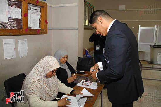 أحمد أبو هشيمة يدلى بصوته بالاستفتاء (8)