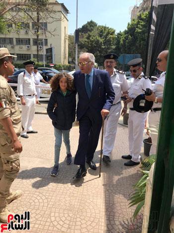 ممدوح-عباس-يدلى-بصوته-فى-الاستفتاء-بالدقى-مصطحبا-حفيدته-(2)
