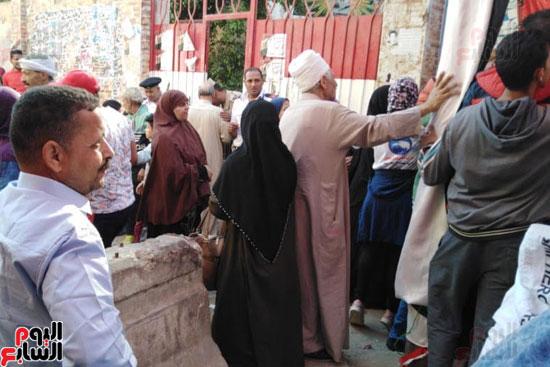زحام وطوابير أمام لجان المرج للاستفتاء (4)