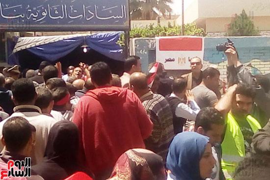 عمال العاشر يشاركون بأعداد كبيرة فى الاستفتاء (1)