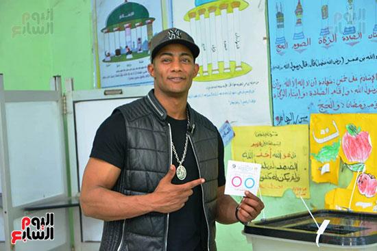 محمد رمضان خلال استفتاء الدستور (7)