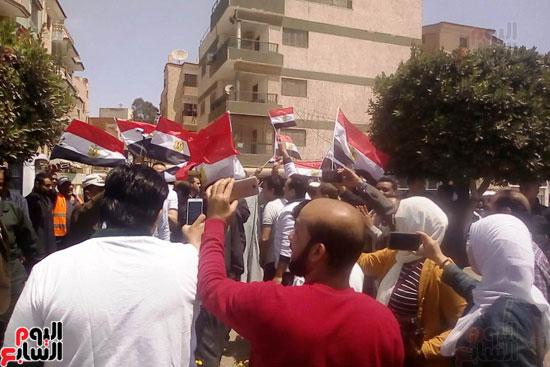 عمال العاشر يشاركون بأعداد كبيرة فى الاستفتاء (3)