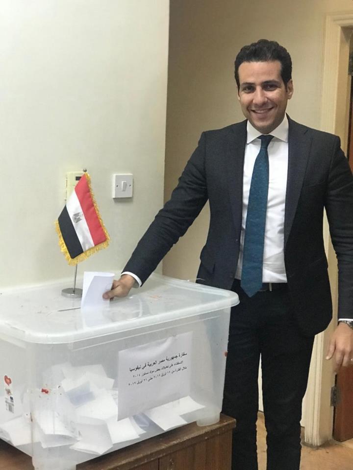 مواطن مصرى يدلى بصوته فى مصر السفارة المصرية بقبرص