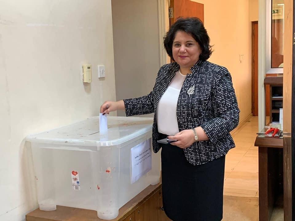 مواطنة مصرية تشارك فى الاستفتاء على تعديل الدستور