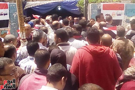 عمال العاشر يشاركون بأعداد كبيرة فى الاستفتاء (5)