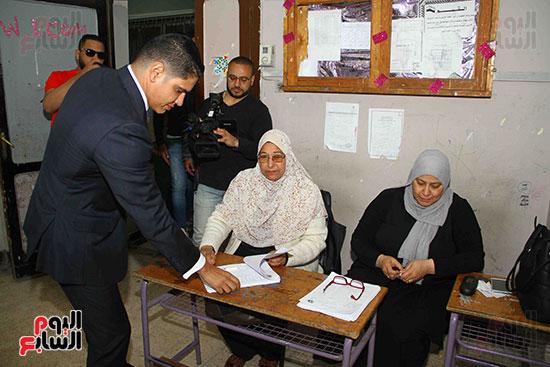أحمد أبو هشيمة يدلى بصوته بالاستفتاء (9)