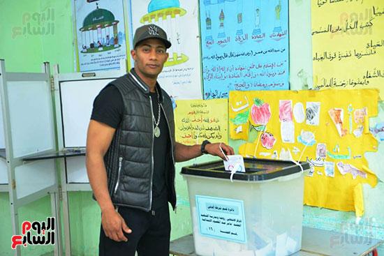 محمد رمضان خلال استفتاء الدستور (9)