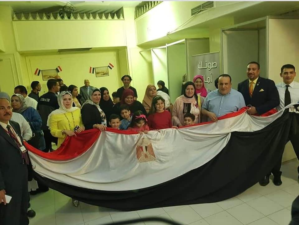 التفاف المصريين بالكويت حول العلم المصرى خلال التصويت فى الاستفتاء