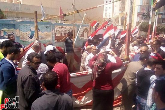 عمال العاشر يشاركون بأعداد كبيرة فى الاستفتاء (2)