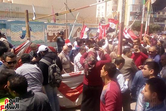 عمال العاشر يشاركون بأعداد كبيرة فى الاستفتاء (4)
