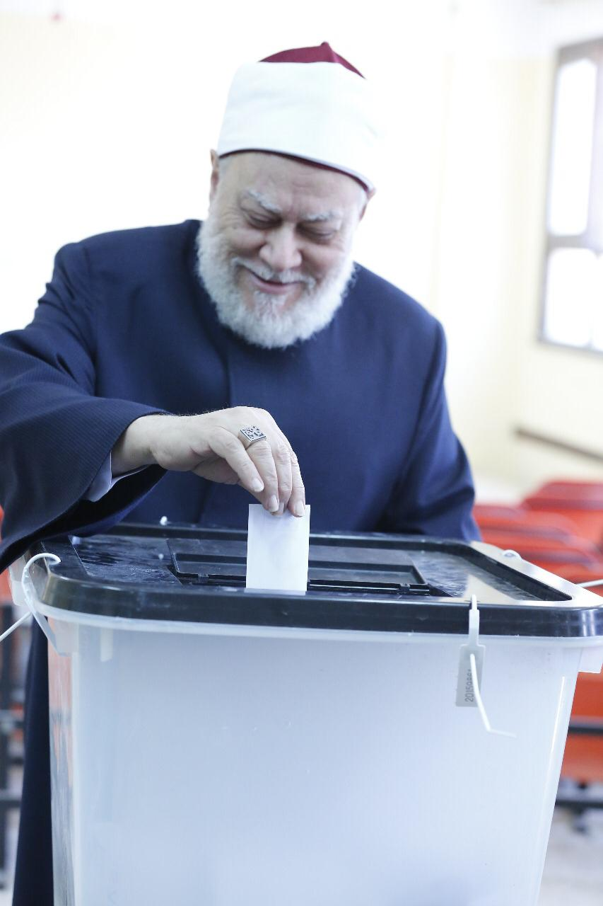 الدكتور على جمعة يدلى بصوته فى التعديلات الدستورية  (1)