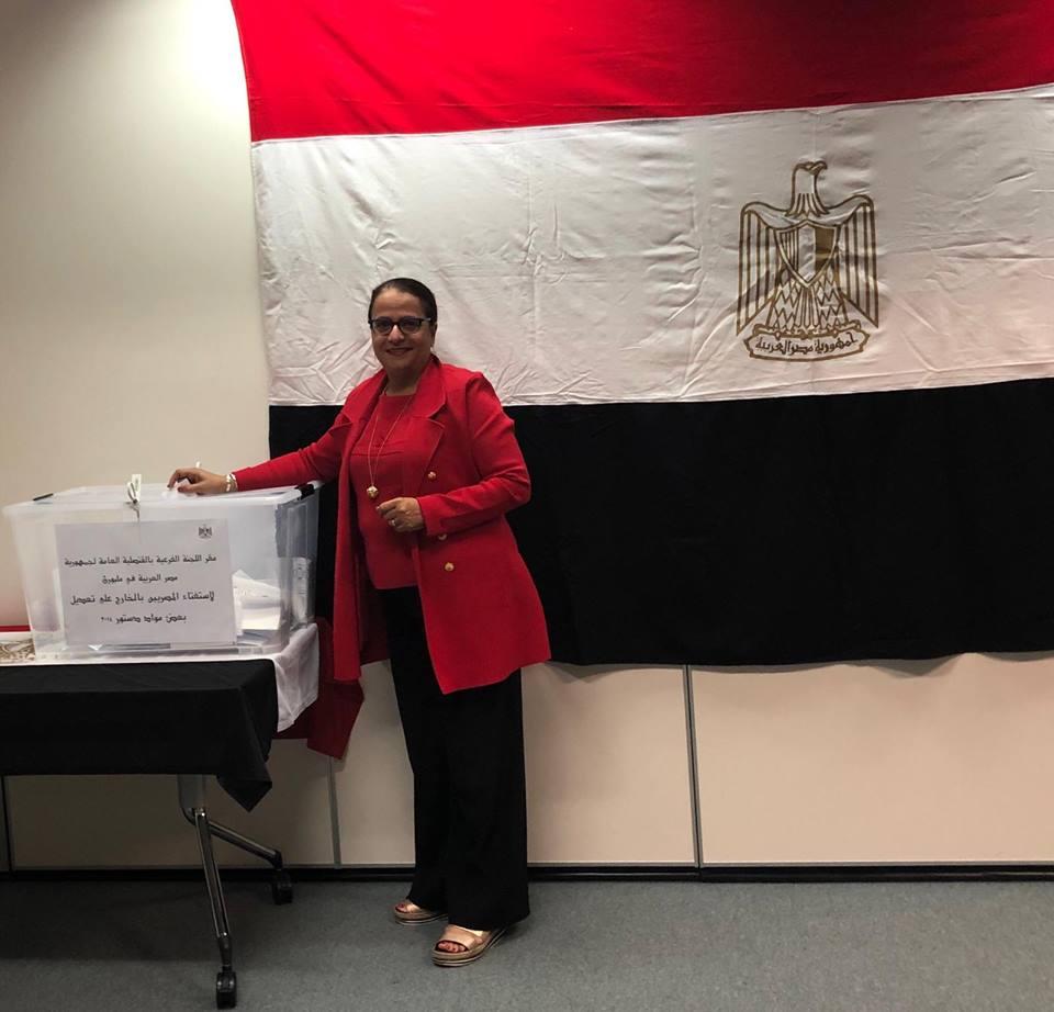 الدكتورة دعاء الانصارى تدلى بصوتها فى استفتاء على تعديل الدستو