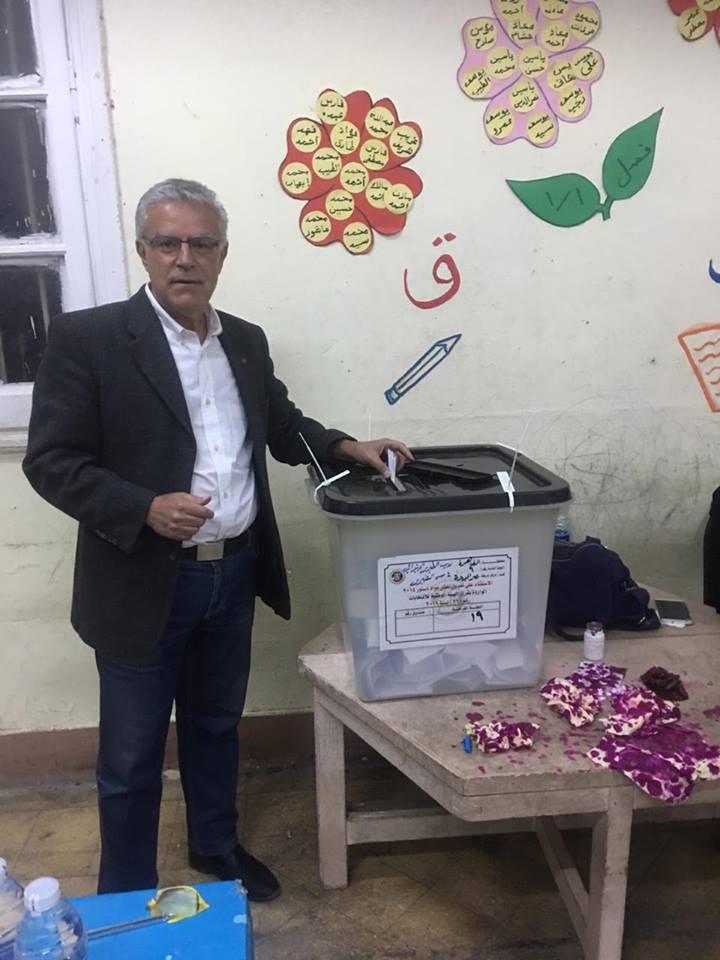 مواطن مصرى من الارمن يشارك فى استفتاء التعديلات الدستورية