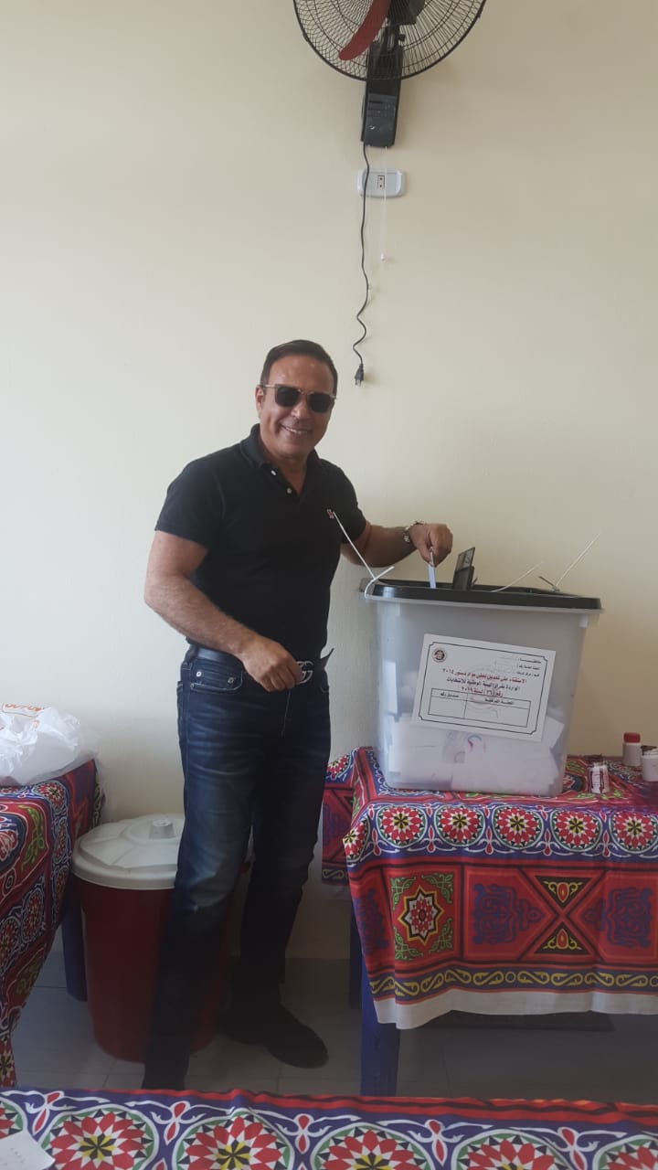 أيمن يونس يدلى بصوته فى استفتاء التعديلات الدستورية (3)