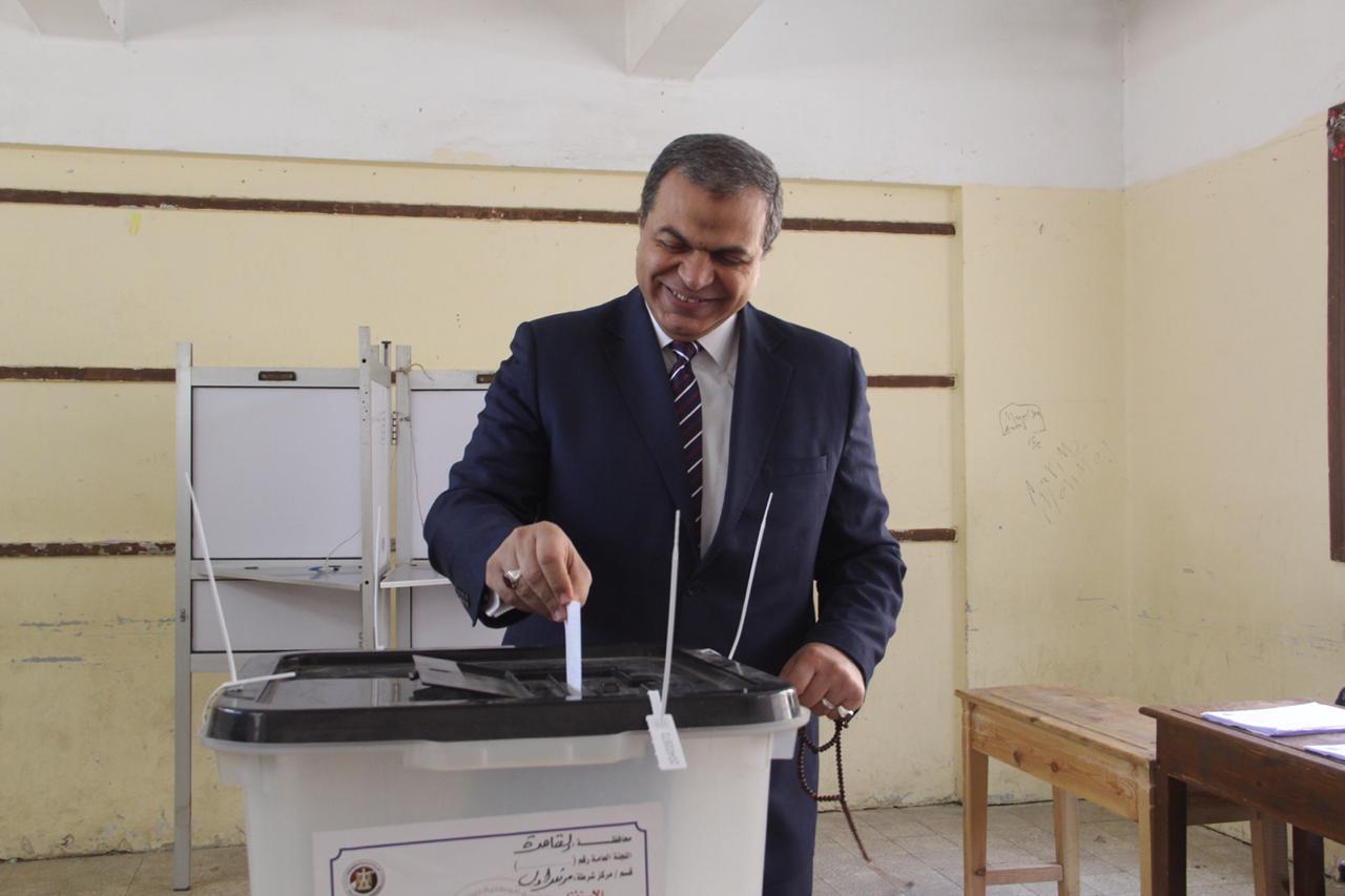 وزير القوى العاملة يدلى بصوته فى الاستفتاء (2)