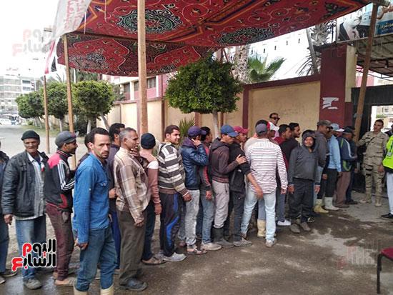 المواطنين-يدلون-بأصواتهم-للاستفتاء-على-الدستورية-بمدرسة-جمال-عبد-الناصر-فى-بورسعيد-(1)