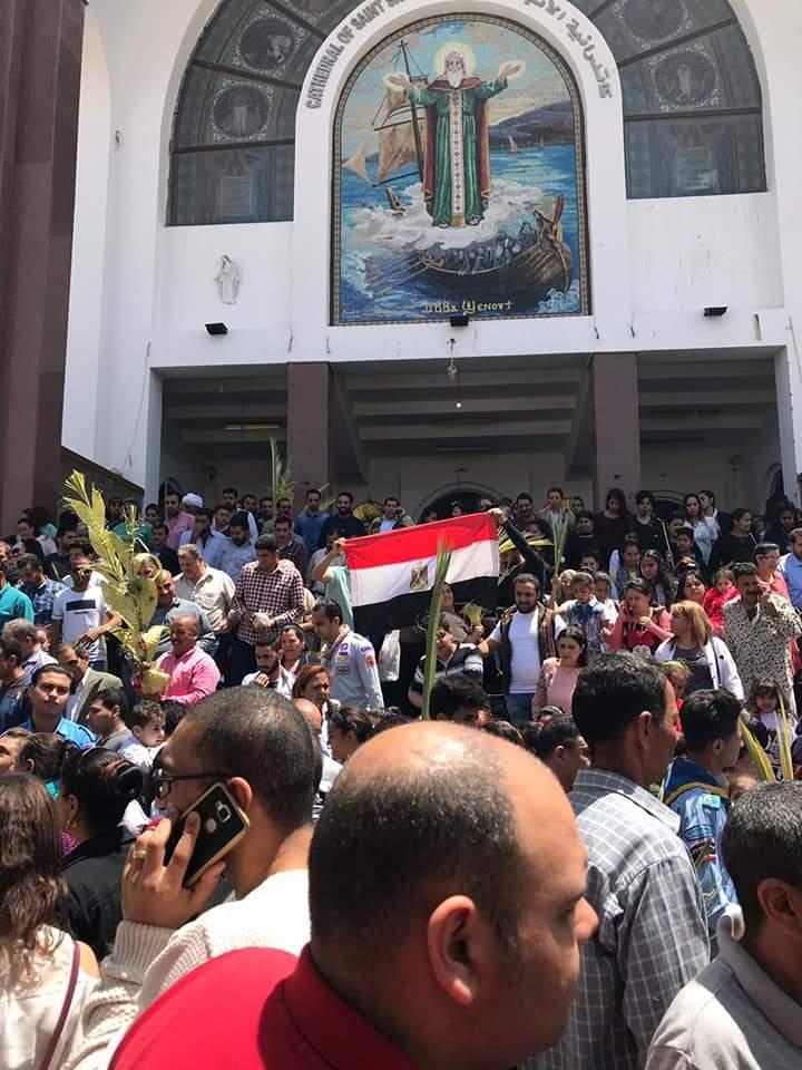 الأقباط يشاركون فى الاستفتاء ويزينون لجان التصويت بالسعف (13)