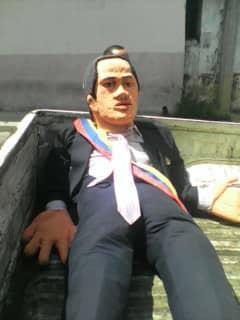 حرق دمى مادورو فى احتفالات بفنزويلا