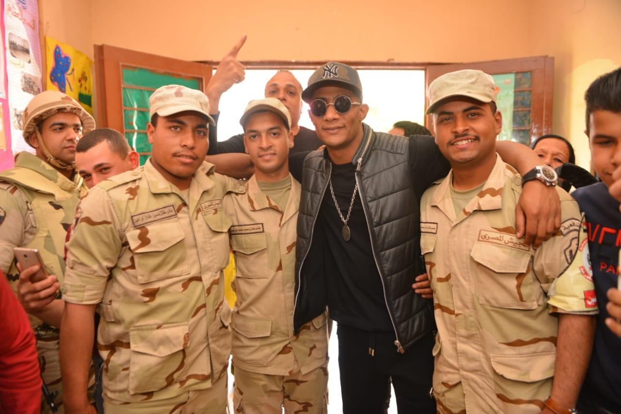 محمد رمضان مع افراد الجيش