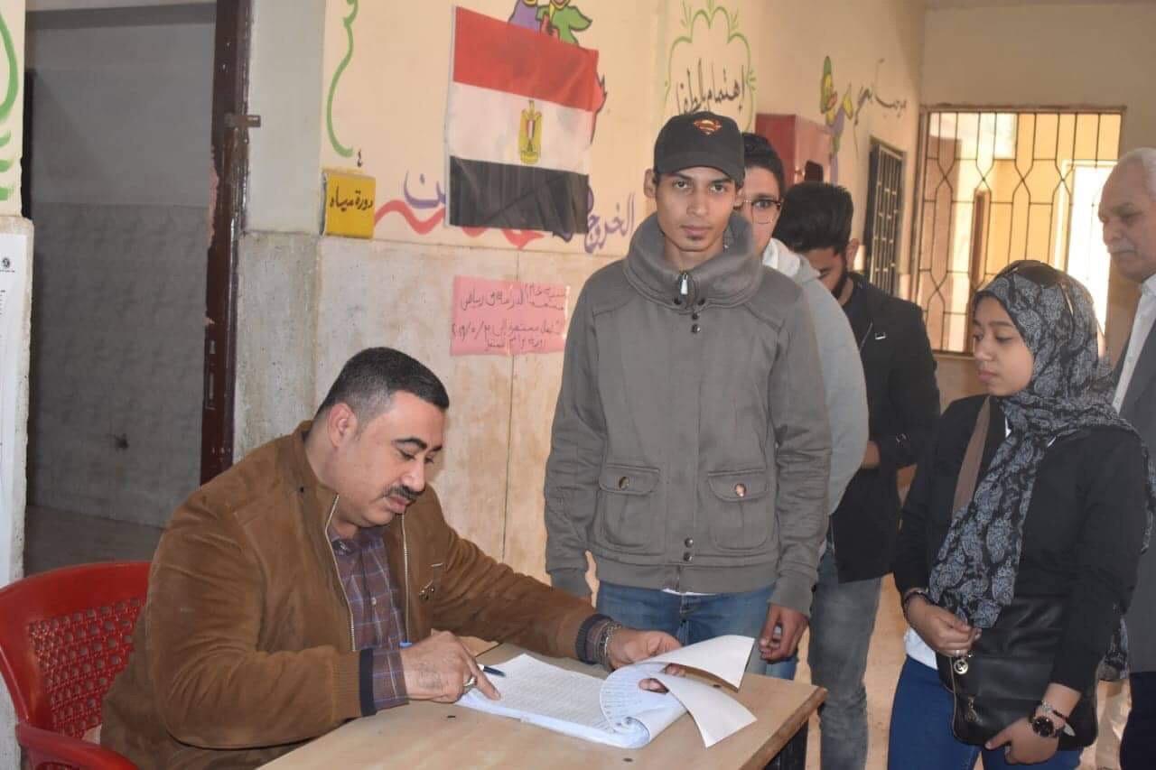 المواطنين أمام لجان الاستفتاء  (4)