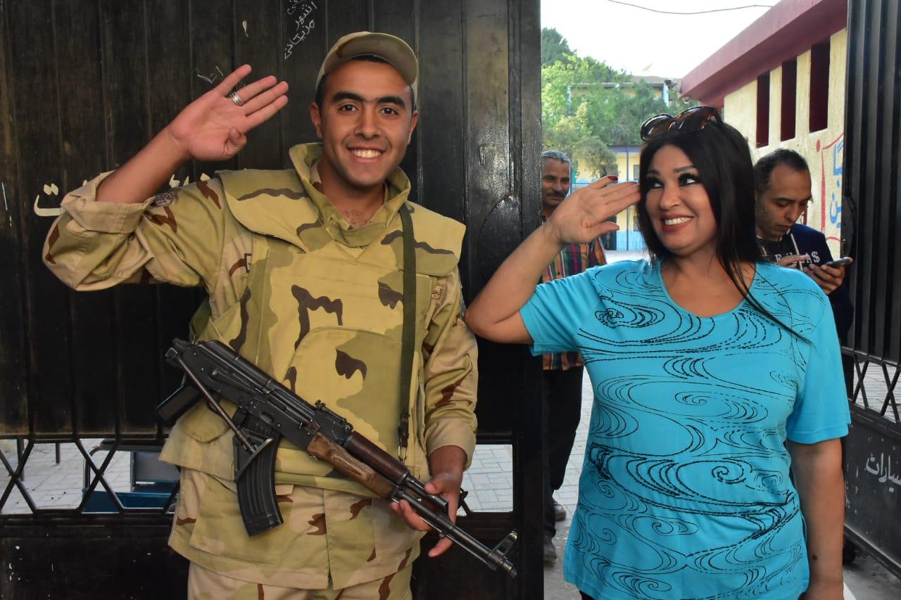 فيفى عبده مع احد افراد الجيش