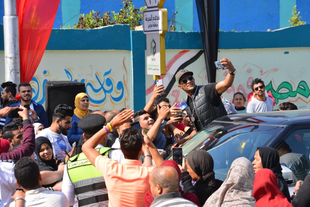 محمد رمضان مع المواطنين