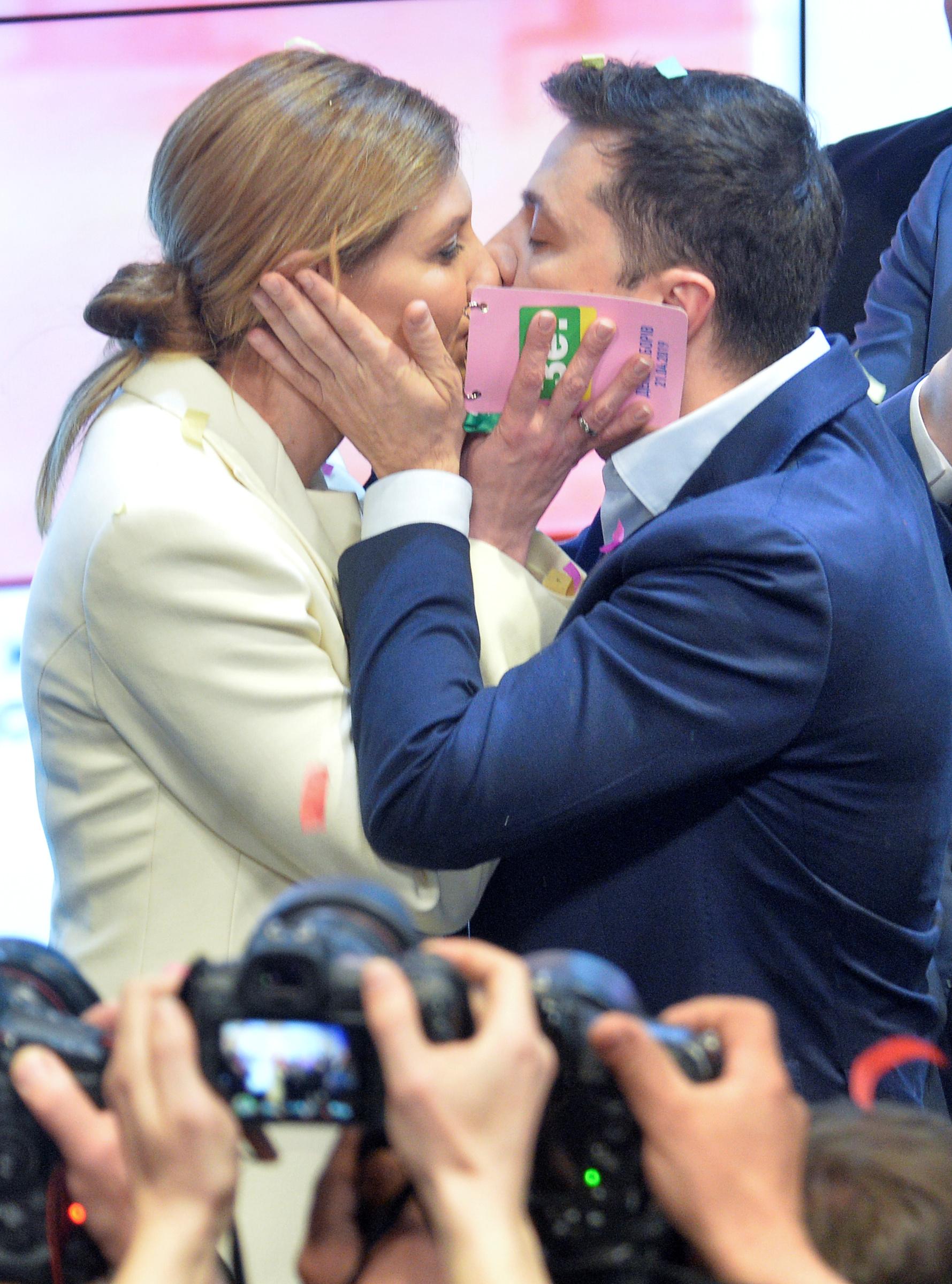 فولوديمير زيلينسكى يقبل زوجته بعد اعلان فوزه بالرئاسة