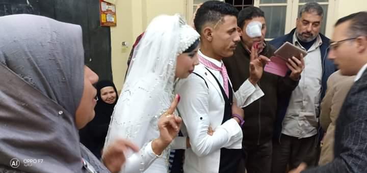عريس يدلى بصوته برفقته عروسته فى استفتاء الدستور
