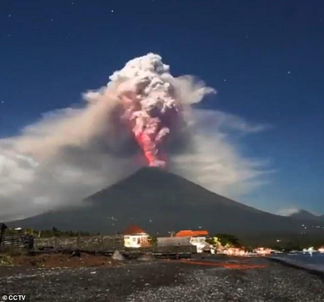 صورة أخرى لحظة ثوران البركان