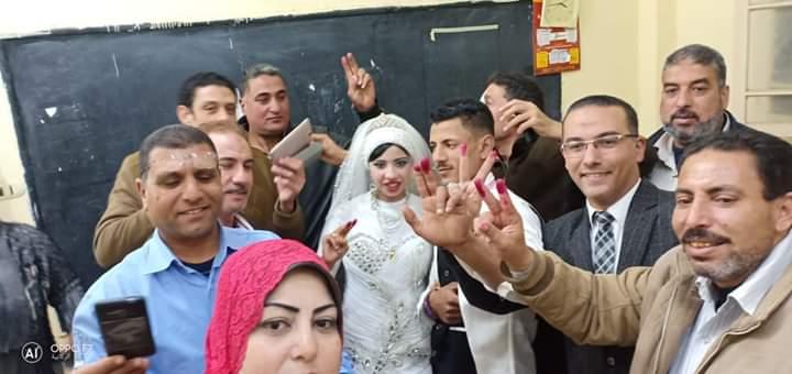 فرحة أهالى القرية بمشاركة العروسين فى الاستفتاء