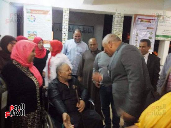 محافظ الوادى الجديد يمنح ناخب رحلة عمرة لحرصه على المشاركة رغم إعاقته (4)