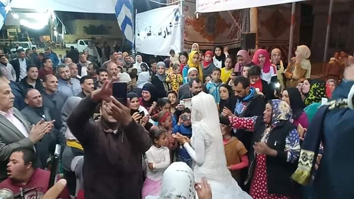 عروسان فى دمياط يشاركان فى الاستفتاء على التعديلات الدستورية