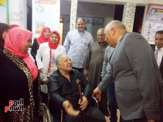 محافظ الوادى الجديد يمنح ناخب رحلة عمرة لحرصه على المشاركة رغم إعاقته (3)