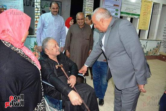 محافظ الوادى الجديد يمنح ناخب رحلة عمرة لحرصه على المشاركة رغم إعاقته (1)