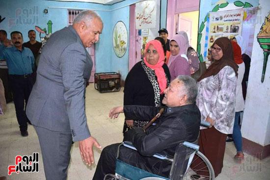 محافظ الوادى الجديد يمنح ناخب رحلة عمرة لحرصه على المشاركة رغم إعاقته (2)