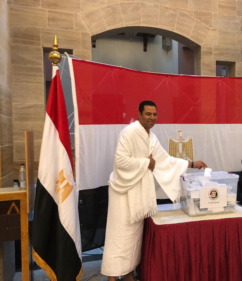 مواطن مصرى يدلى بصوته مرتديا ملابس الإحرام