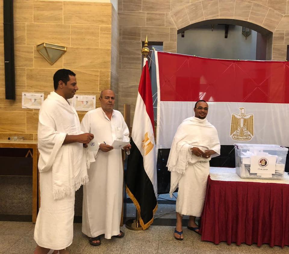 مصريون يشاركون فى الاستفتاء بملابس الإحرام