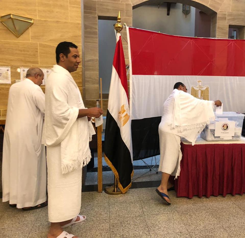 فرحة المصريين بالاستفتاء واداء العمرة
