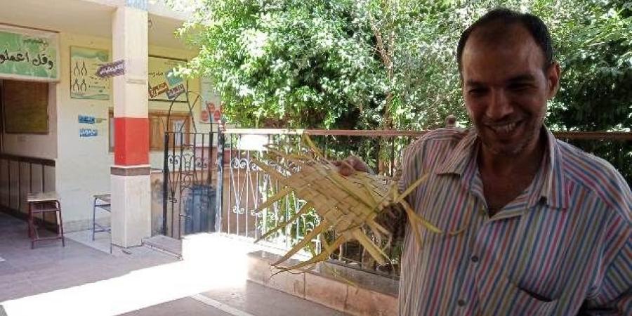 مواطن مصرى يحمل السعف خلال الإداء بصوته فى الاستفتاء