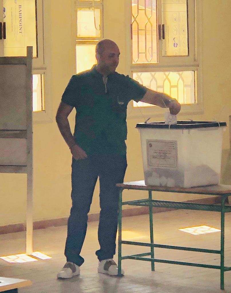 هانى العتال يدلى بصوته فى الاستفتاء على الدستور