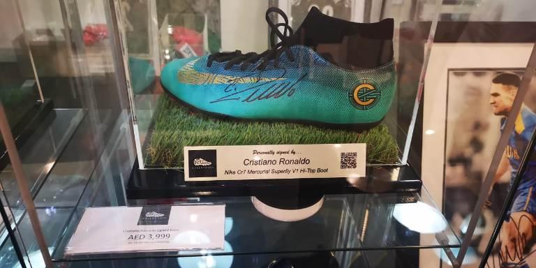 حذاء بتوقيع اللاعب كريستيانو رونالدو