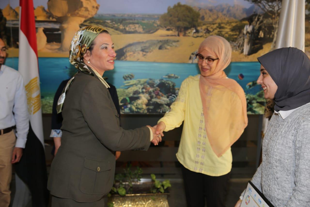 وزيرة البيئة تكرم الفريق المصري الفائز في المسابقة الإقليمية للابتكارات الخضراء (3)