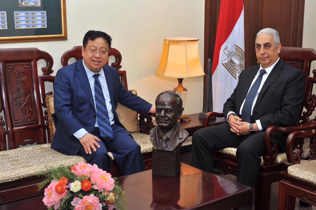 الدكتور لوه لين المعروف بــخليل باشا، عميد كلية دراسات الشرق الأوسط  مع السفير المصرى فى بكين