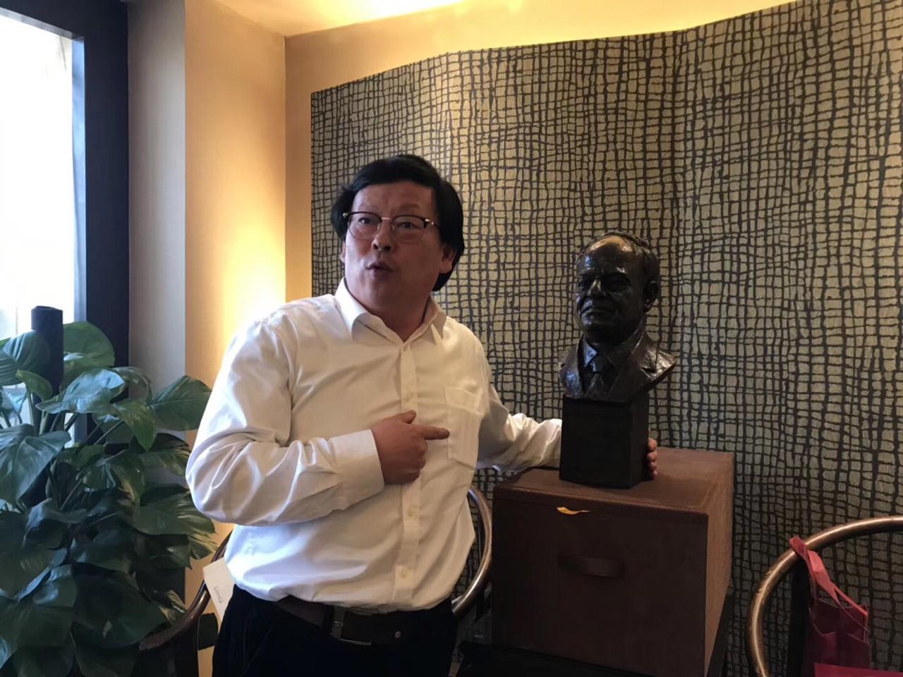 النحات الصينى مع تمثال السيسى