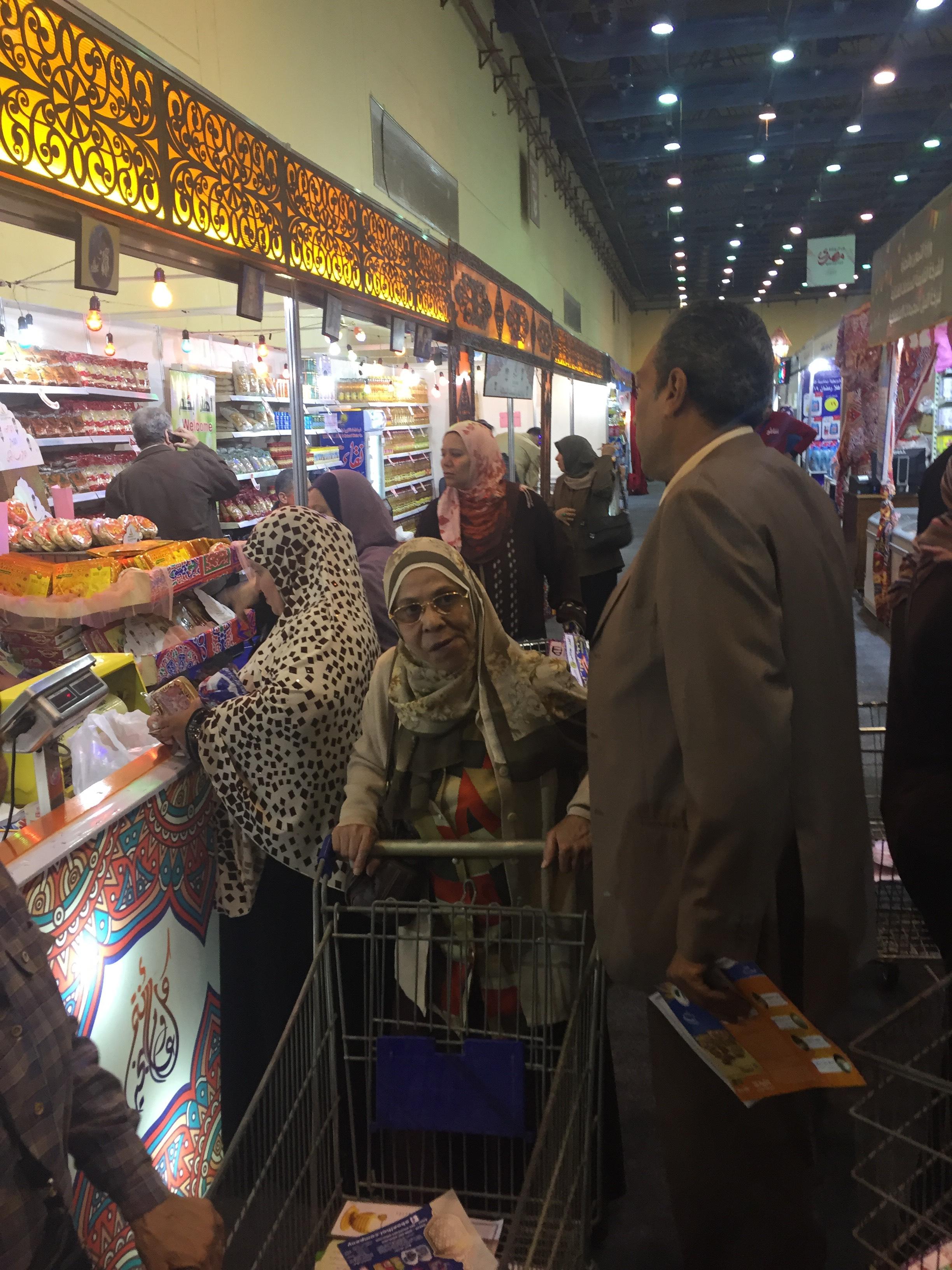 اقبال كبير على معرض سوبر ماركت اهلا رمضان فى يومه الاول (10)
