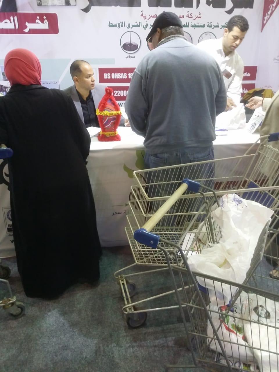 اقبال كبير على معرض سوبر ماركت اهلا رمضان فى يومه الاول (5)
