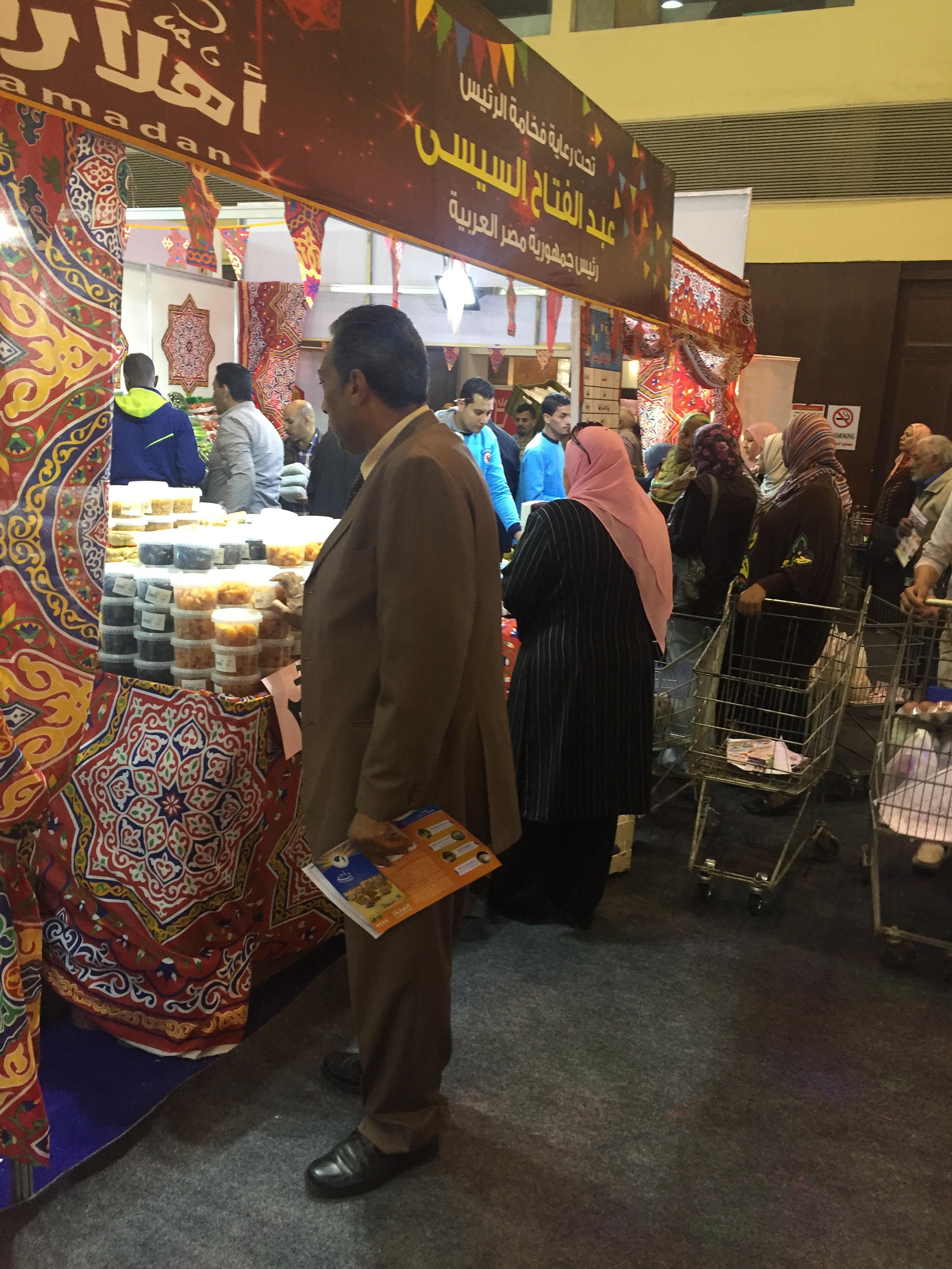 اقبال كبير على معرض سوبر ماركت اهلا رمضان فى يومه الاول (11)