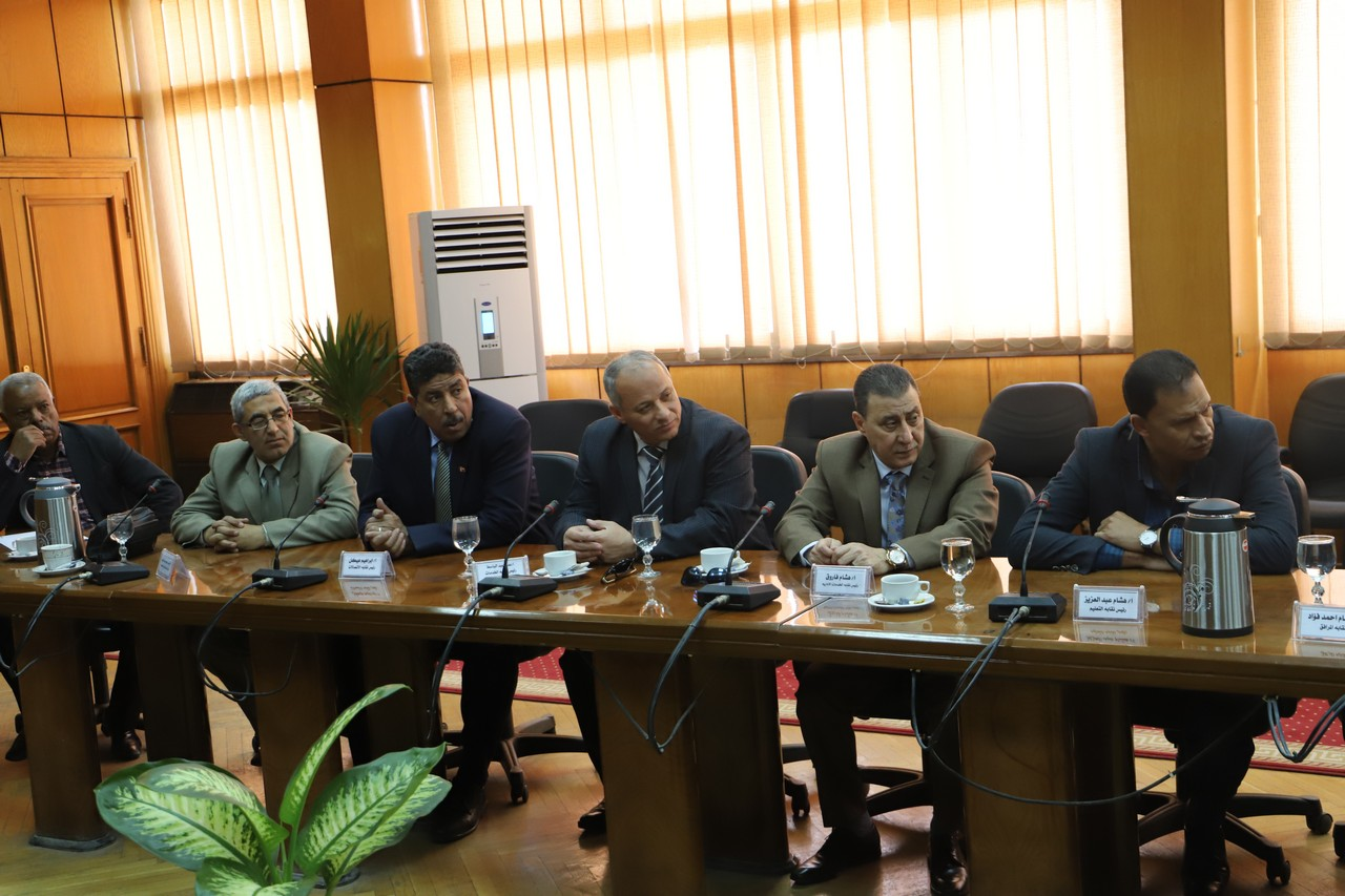 جانب من اجتماع وزير القوى العاملة بديوان عام الوزارة (3)